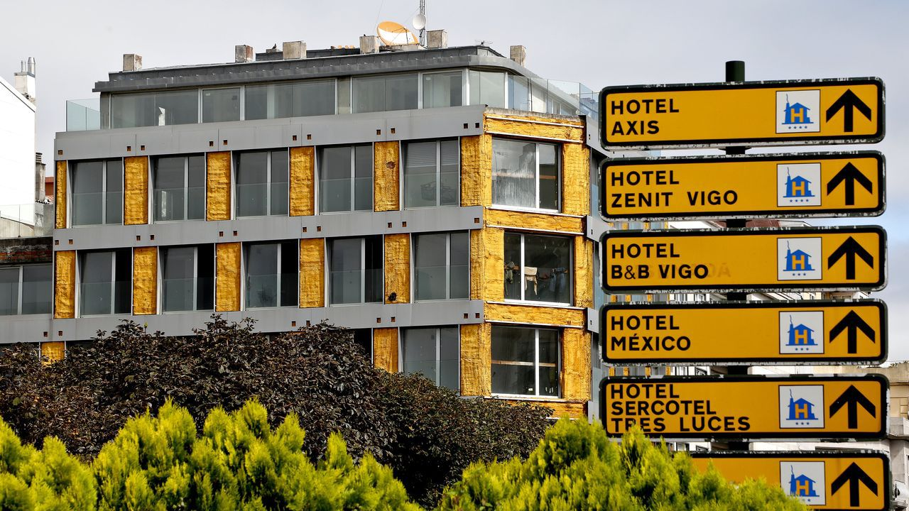 «Antes había uno o dos pisos okupados; ahora hasta arriba».El edificio está junto a la plaza de España y le ha desaparecido el recubrimiento de su fachada
