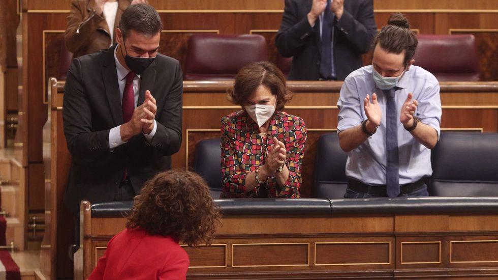 Ana Pontón: «Estes orzamentos boicotean a Galiza, son peores que os de Rajoy».La ministra de Hacienda y portavoz del Gobierno, María Jesús Montero, recibe los aplausos del presidente Sánchez y de los vicepresidentes Calvo e Iglesias tras la aprobación en el Congreso del proyecto de Presupuestos para el 2021
