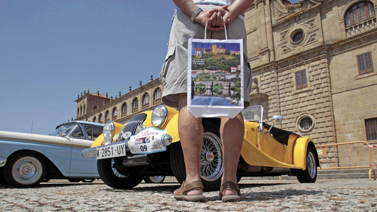 Las fotos de los coches de lujo y de quienes fueron a verlos en Monforte.José Antonio Suárez «Cohete» y su copiloto Alberto Iglesias con el Skoda Fabia R5 en el pasado Rallye de Ferrol.