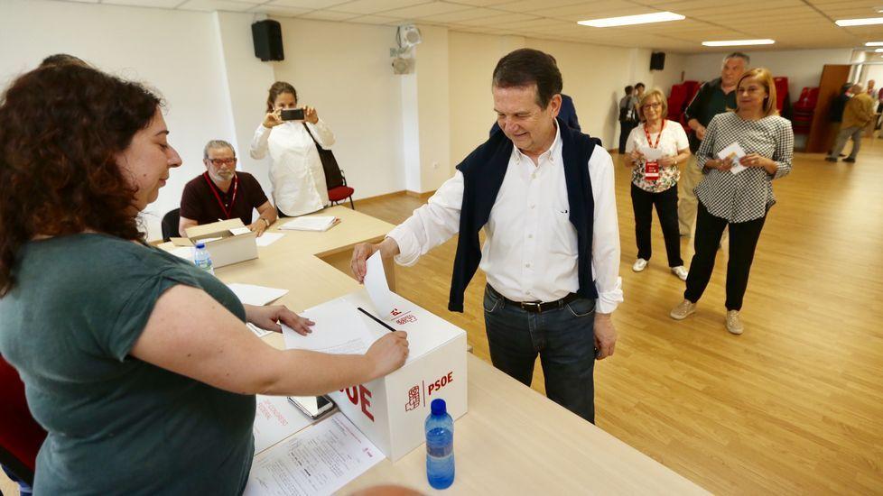 Los partidarios de Sánchez celebran la victoria al grito de «Sí es sí».Areces, en el Senado