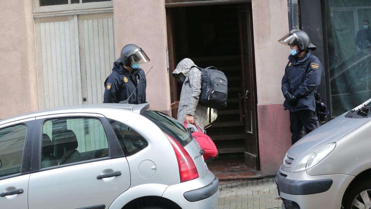 La Policía procede al desalojo de los okupas de un edificio de la Falperra.Residencia de la tercera edad Domus Vi de Oleiros
