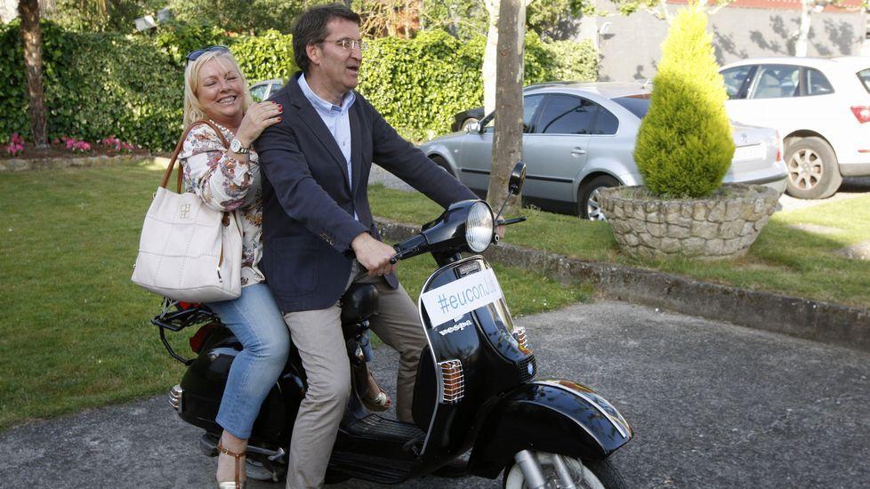Tras el mitin del PP en Monforte, Feijoo subió en una vespa con una admiradora