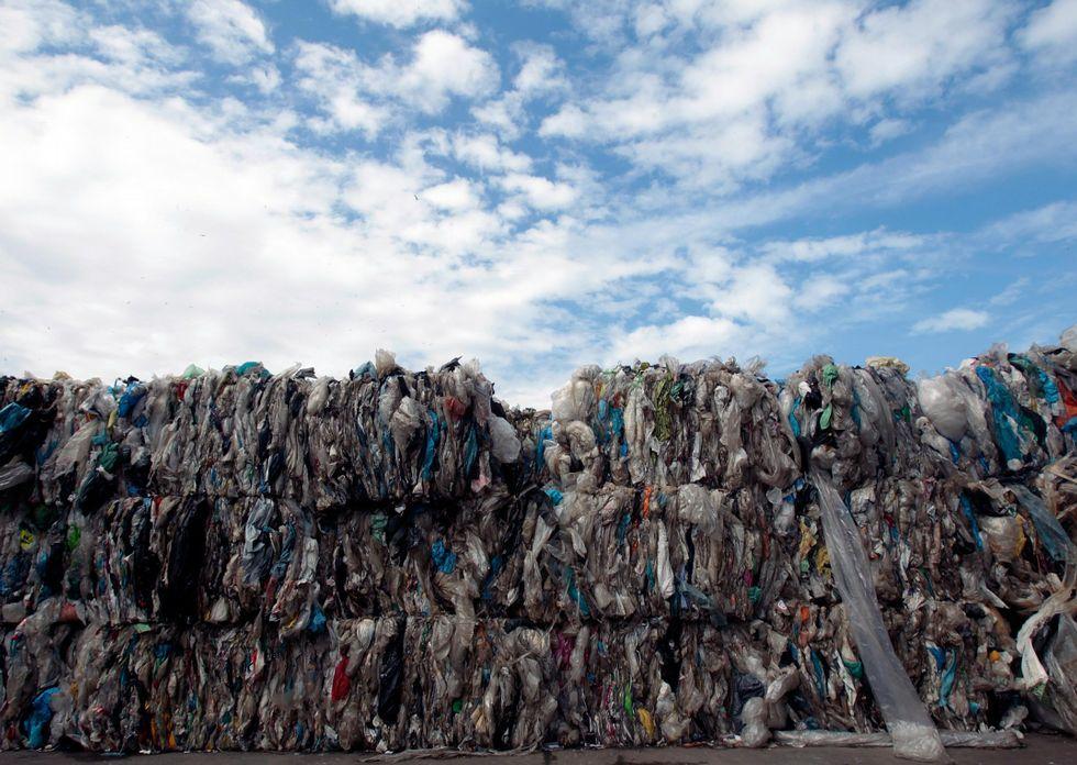 Balas en envoltorios de plástico en la planta de reciclaje de residuos de Nostián.