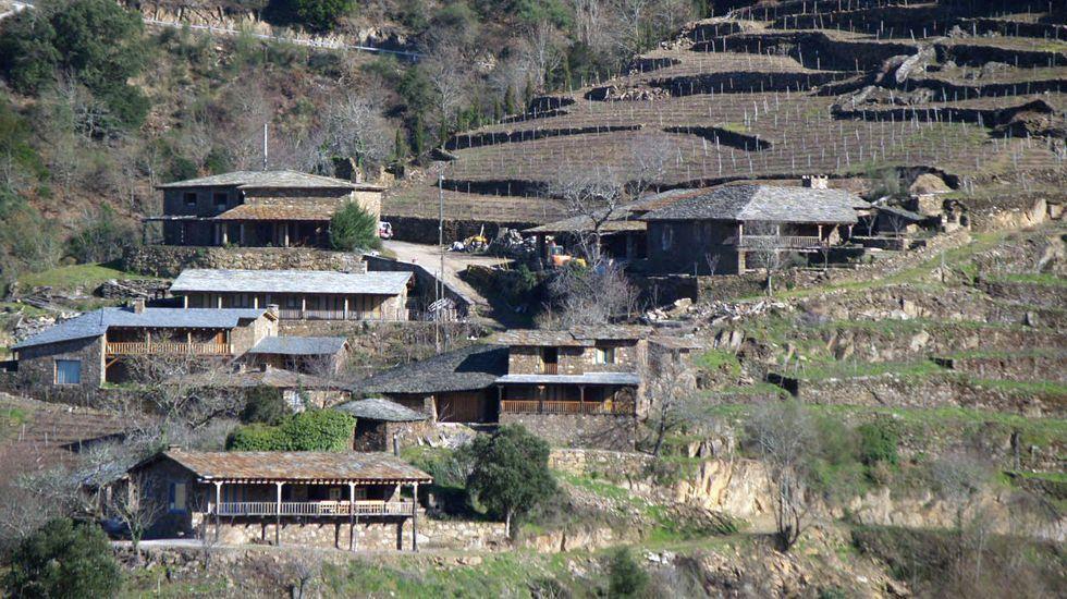 Viviendas de tipología tradicional rehabilitadas en la aldea ribereña de A Mííllara, en Pantón
