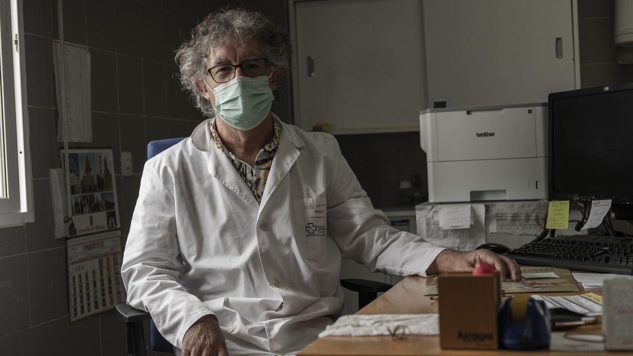 José Dobarro, médico en el centro de salud de Beariz