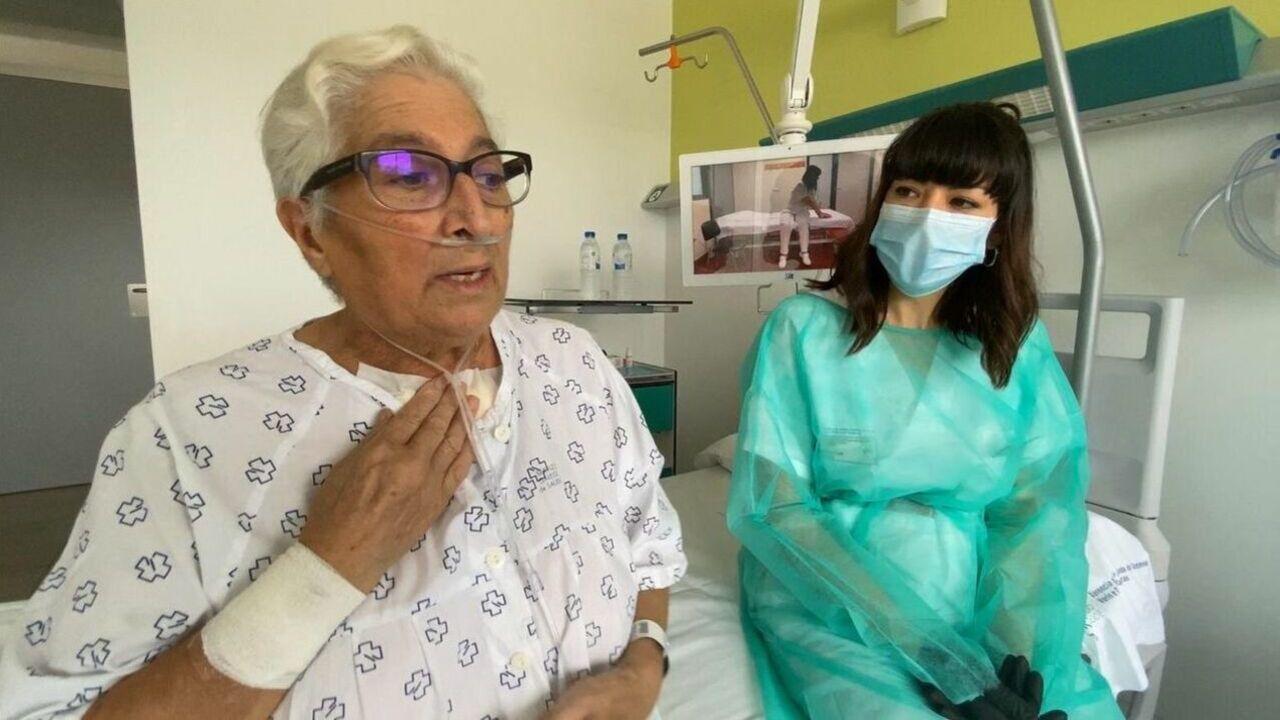 Leonor recuerda la noche en que murió su marido.Ángeles Puga recibió el aplauso de los sanitarios en su despedida del CHUO