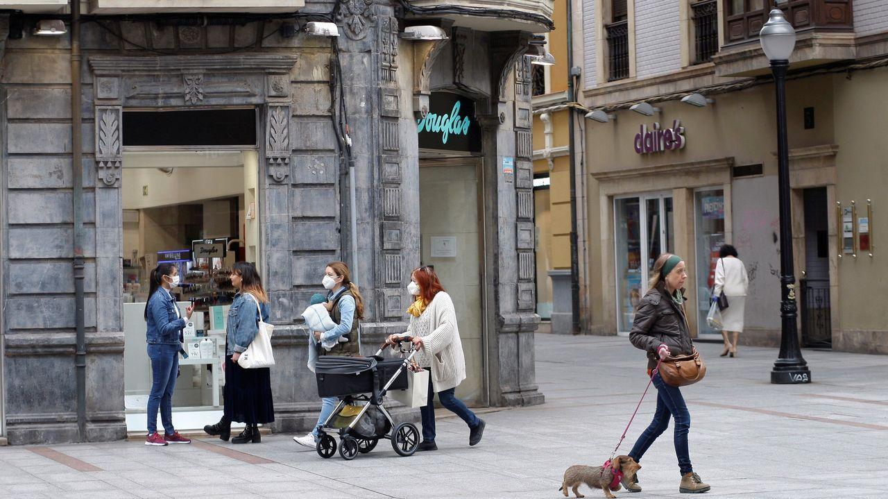 Policía Local Langreo.Aspecto que presentaba la calle peatonal Corrida, en Gijón, durante el estado de alarma por la pandemia de COVID-19