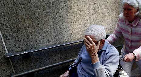 Los enfermos de alzhéimer son atendidos en la mayoría de los casos por los familiares.