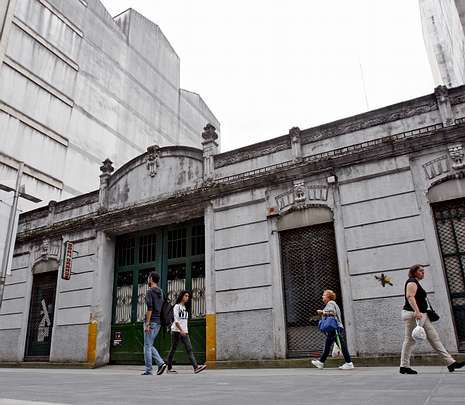 Camisa Mango H.El Gran Garaje, un edificio de una sola planta y cuerpo único, lleva algún tiempo cerrado.