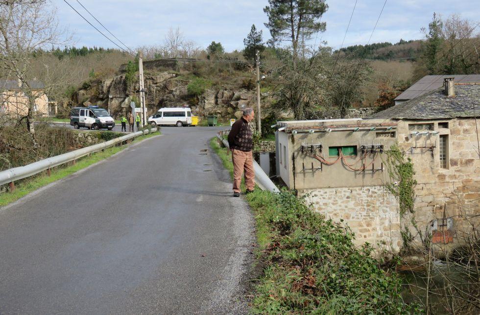 Un vecino observa el lugar donde el coche derribó la valla y cayó a las aguas del Neira.