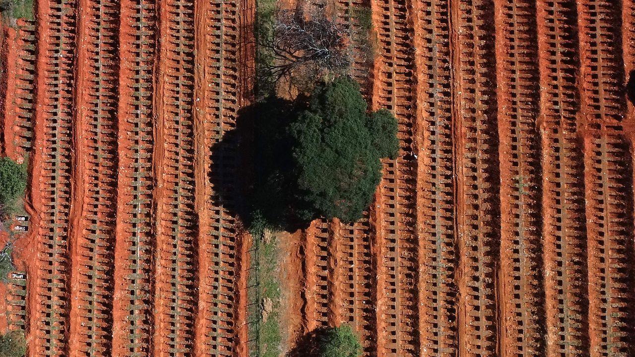 Vista aérea desde un dron de nuevas fosas abiertas para enterrar a las víctimas mortales de la pandemia en el cementerio de Vila Formosa, el más grande de América Latina, en Sao Paulo