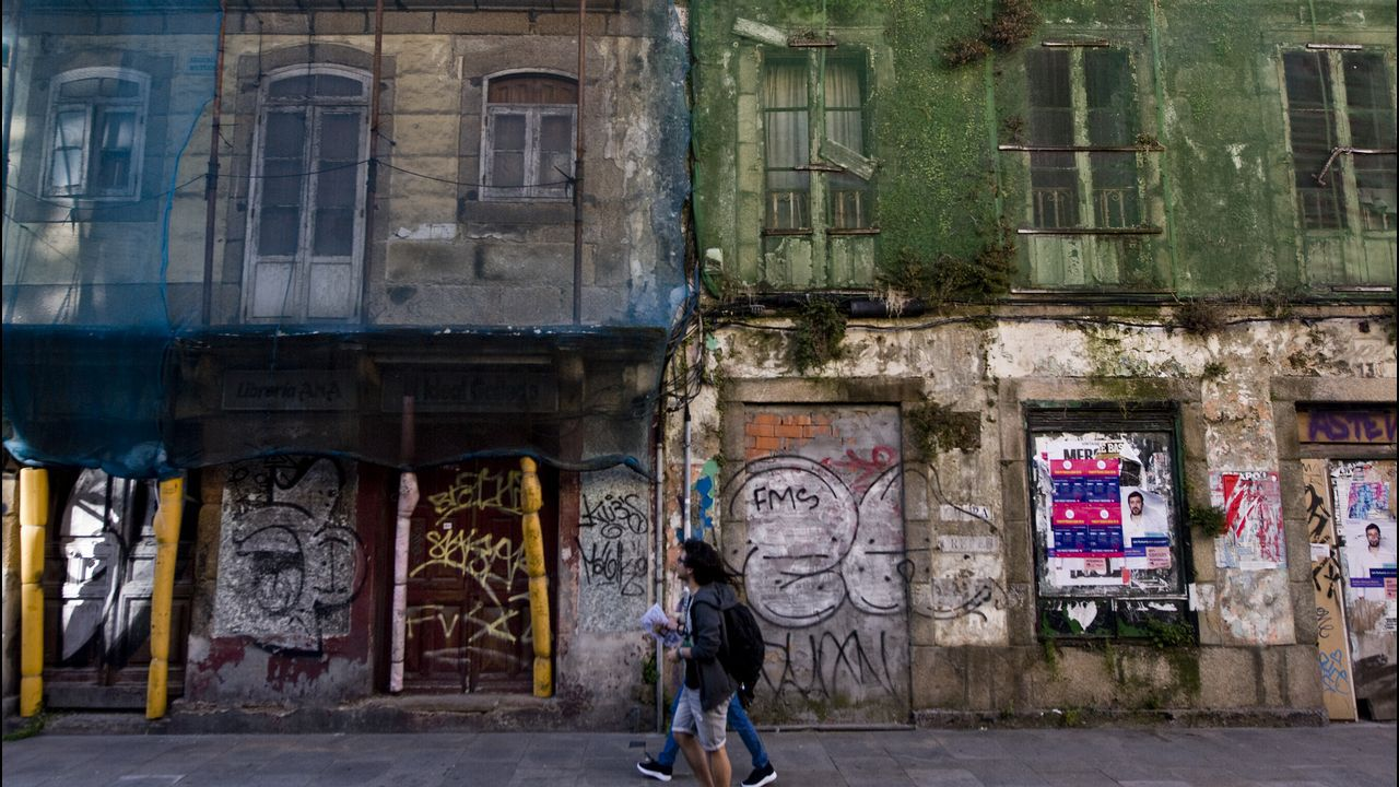Edificios y solares en ruinas en la zona del Orzán, en A Coruña