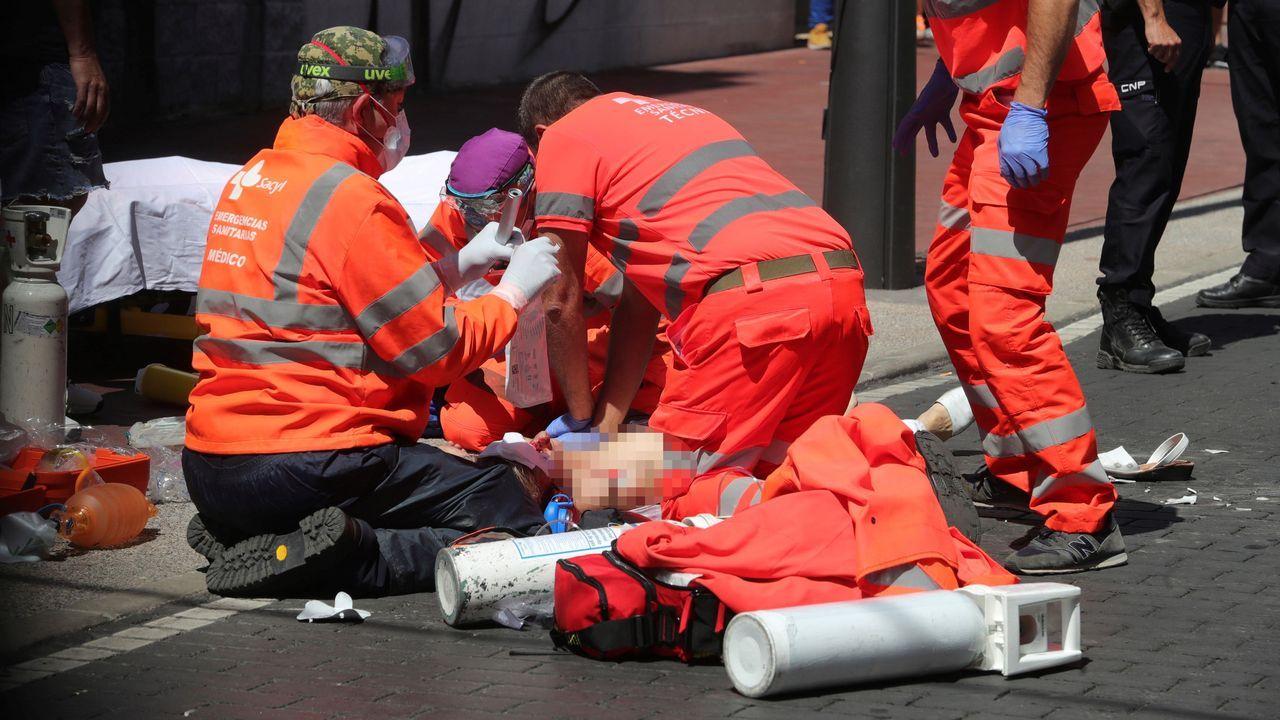 Un operario fumiga la margen del río Guadalquivir a su paso por Puebla del Río, en Sevilla.Rescate de la única superviviente de la patera en la que fallecieron 39 personas