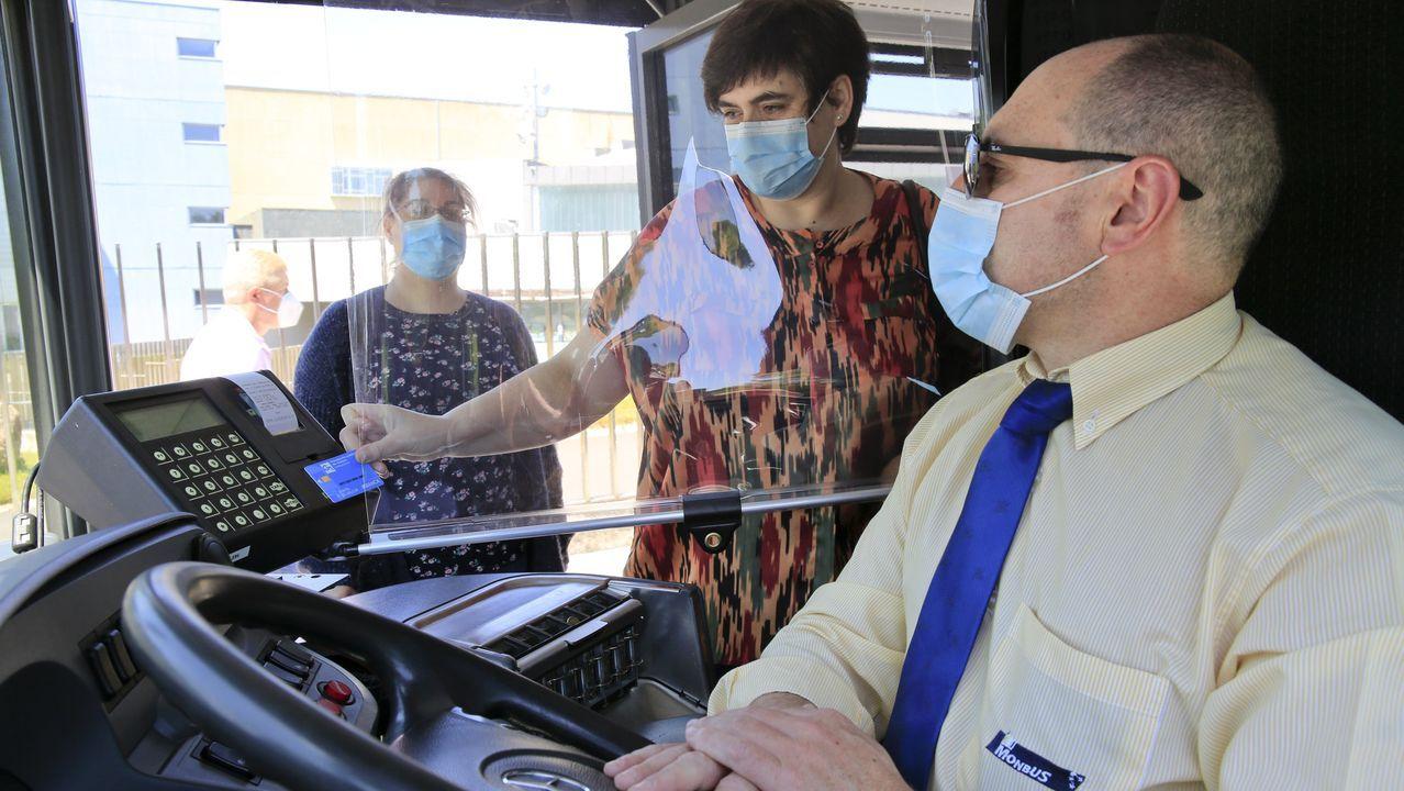 Viajeros entrando en un autobús en Lugo
