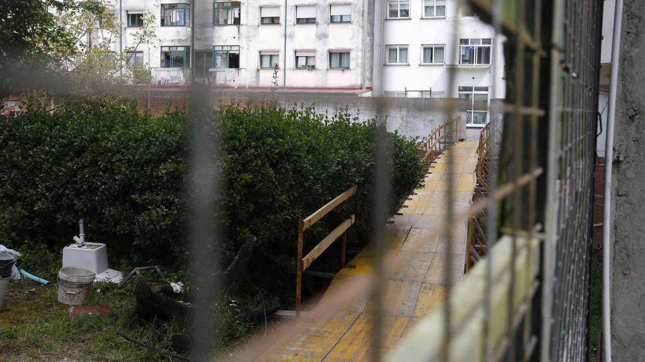 Lugar donde se desplomó un muro en la avenida de Vigo, en Pontevedra, causando tres heridos