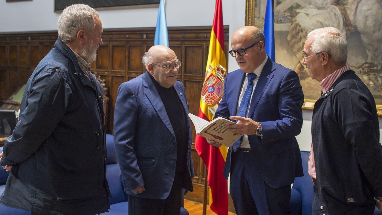 Ellos son las Medallas Castelao 2019.El presidente, con el grupo de premiados en el acto de ayer en Santiago