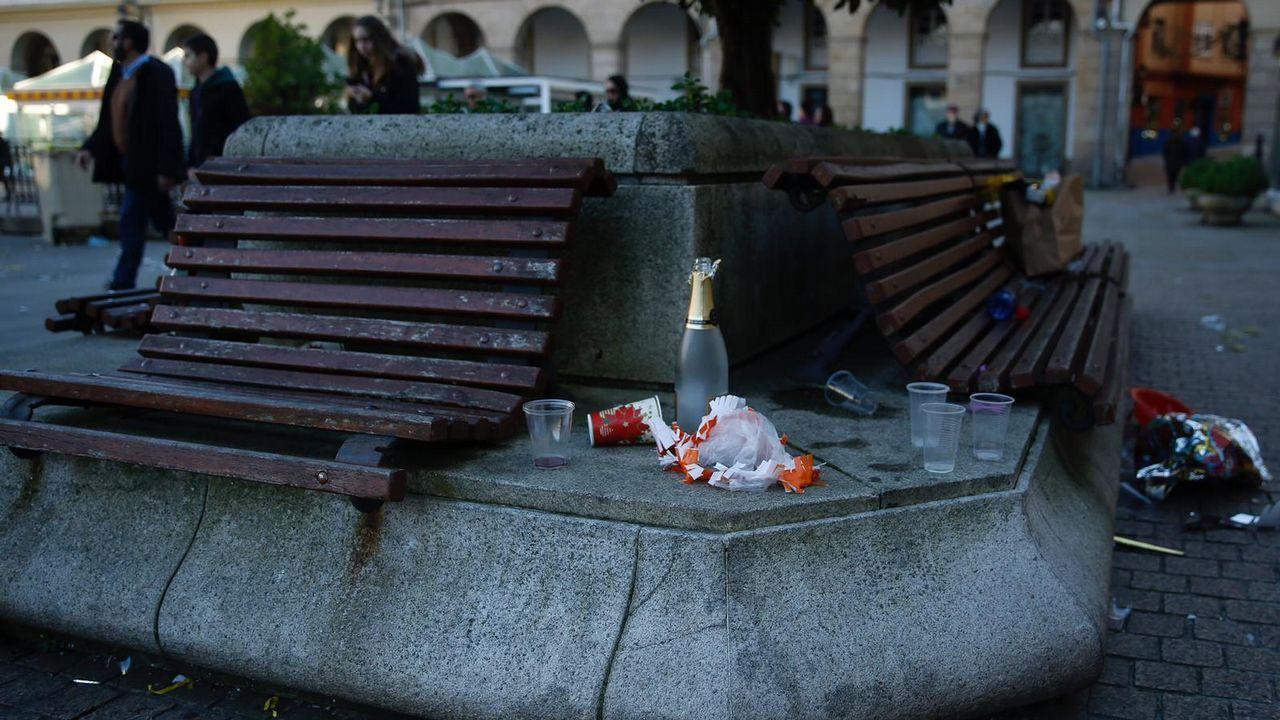 Basura y restos de botellón en las calles de A Coruña