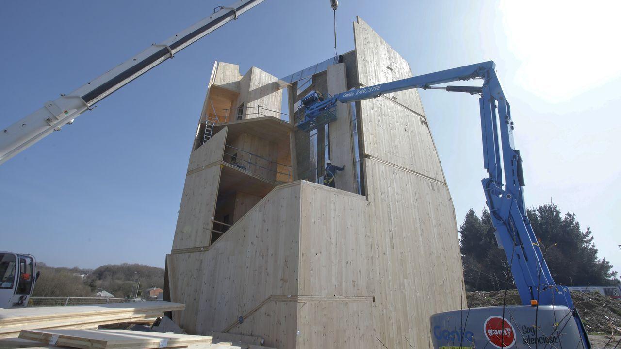 Las piezas más grandes de la estructura se montan con ayuda de grúas