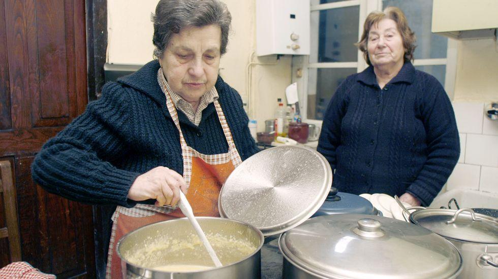 María Luz Otero ?à esquerda? e a súa prima Olga Rodríguez traballando na cociña do restaurante no 2013, cando o negocio foi galardoado cun dos premios Gastronomía de Galicia