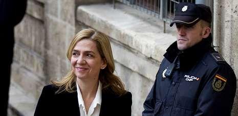 La infanta Cristina de Borbón sonríe antes de comparecer, el pasado mes de febrero, ante el juez Castro en los juzgado de Palma.
