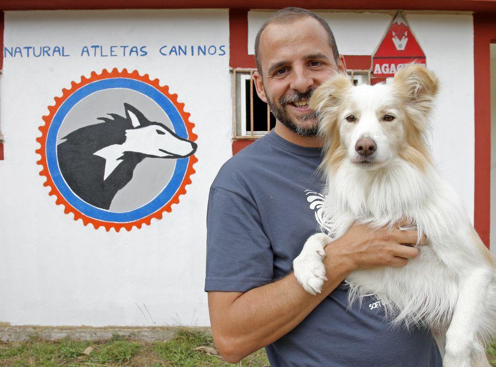 Calderón, con la perra con la que compite durante el curso que impartió en A Pobra.