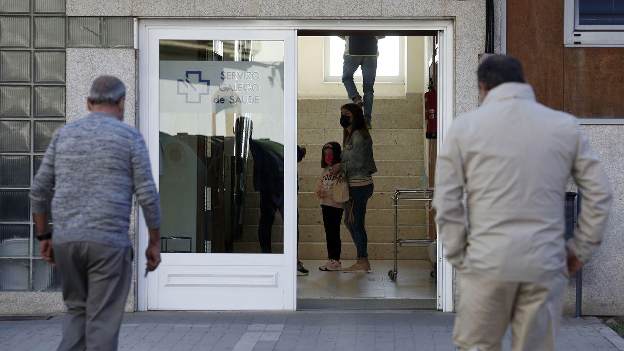 Pacientes entrando a un centro de salud en Ribeira