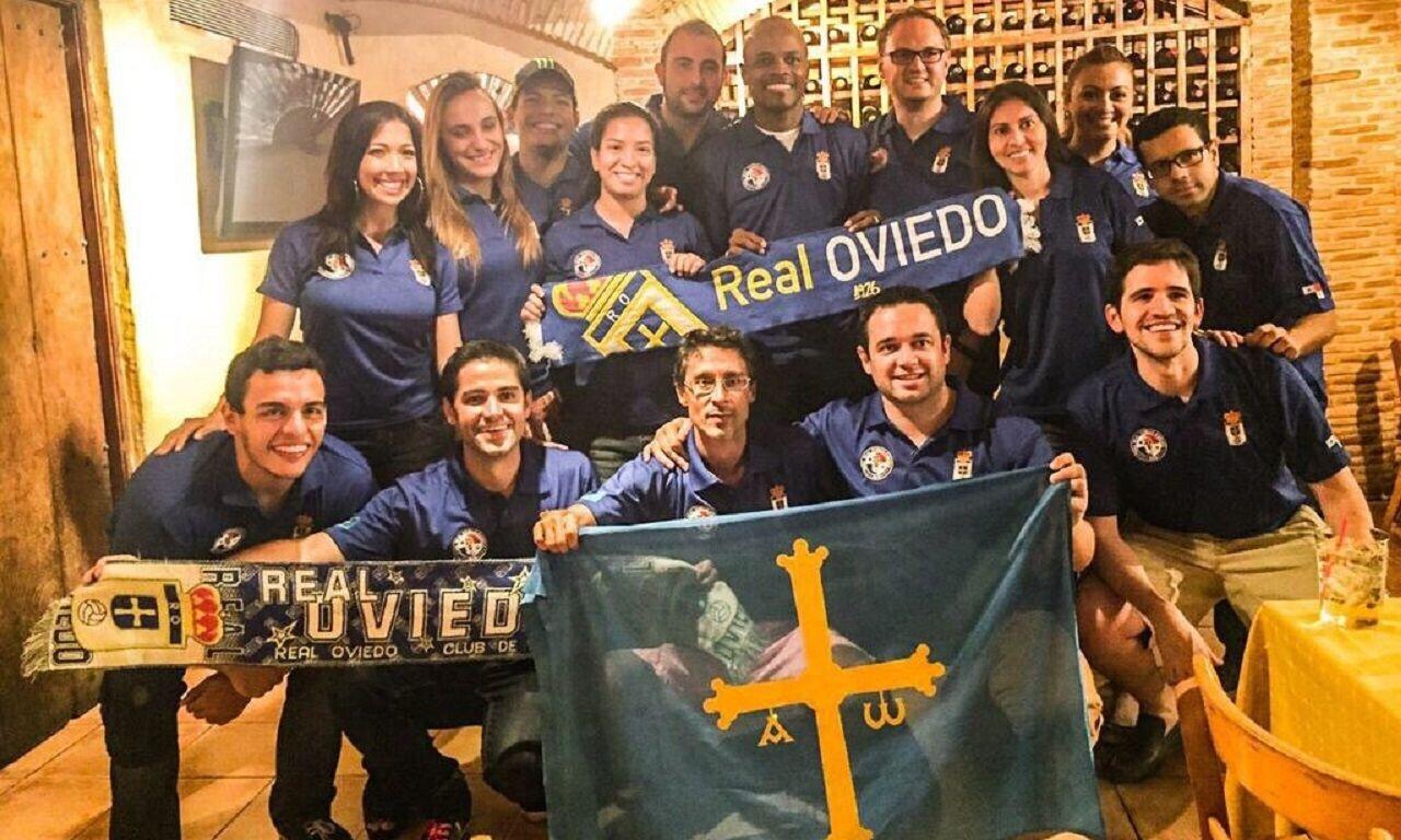 Varios miembros de la Peña Real Oviedo Panamá posan junto al exfutbolista carbayón Dely Valés