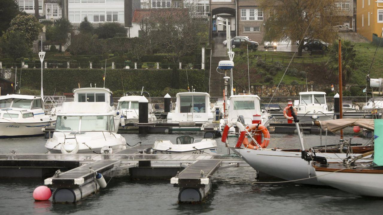 Tercerajornada de búsqueda de los dos jóvenes desaparecidos en Porto do Son.Una pintada, en el mismo punto de la playa de Coira en el que la pandilla de amigos de los ocupantes del kayak se juntaban siempre, recuerda a Miguel Quan y a Javier Hurtado