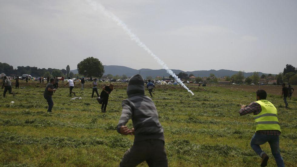 Jornada de enfrentamientos en Idomeni.Los pequeños juegan en sus endebles hogares improvisados.