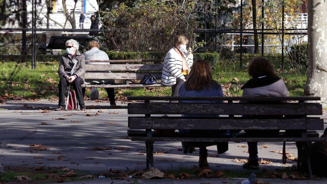 Varias personas en un parque de Sama de Langreo.