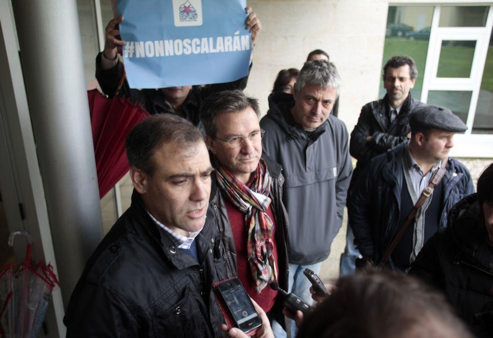 García, arropado por compañeros que mostraron pancartas del BNG con el lema «Non nos calarán».
