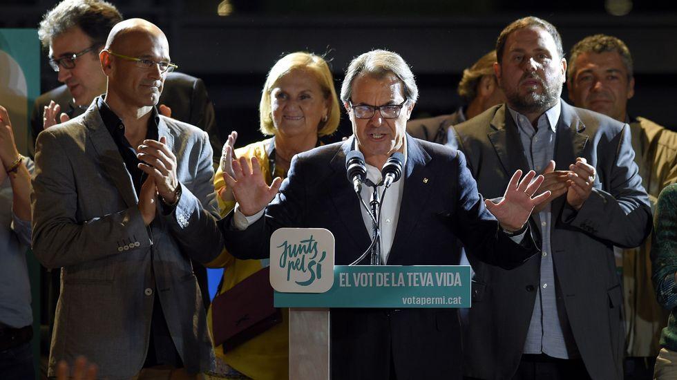 Raül Romeva, el cabeza de lista de Junts pel Sí, la formación que más escaños ha logrado (62). Le acompañan el presidente catalán, Artur Mas, y el presidente de ERC, Oriol Junqueras. El partido se queda a seis escaños de la mayoría absoluta