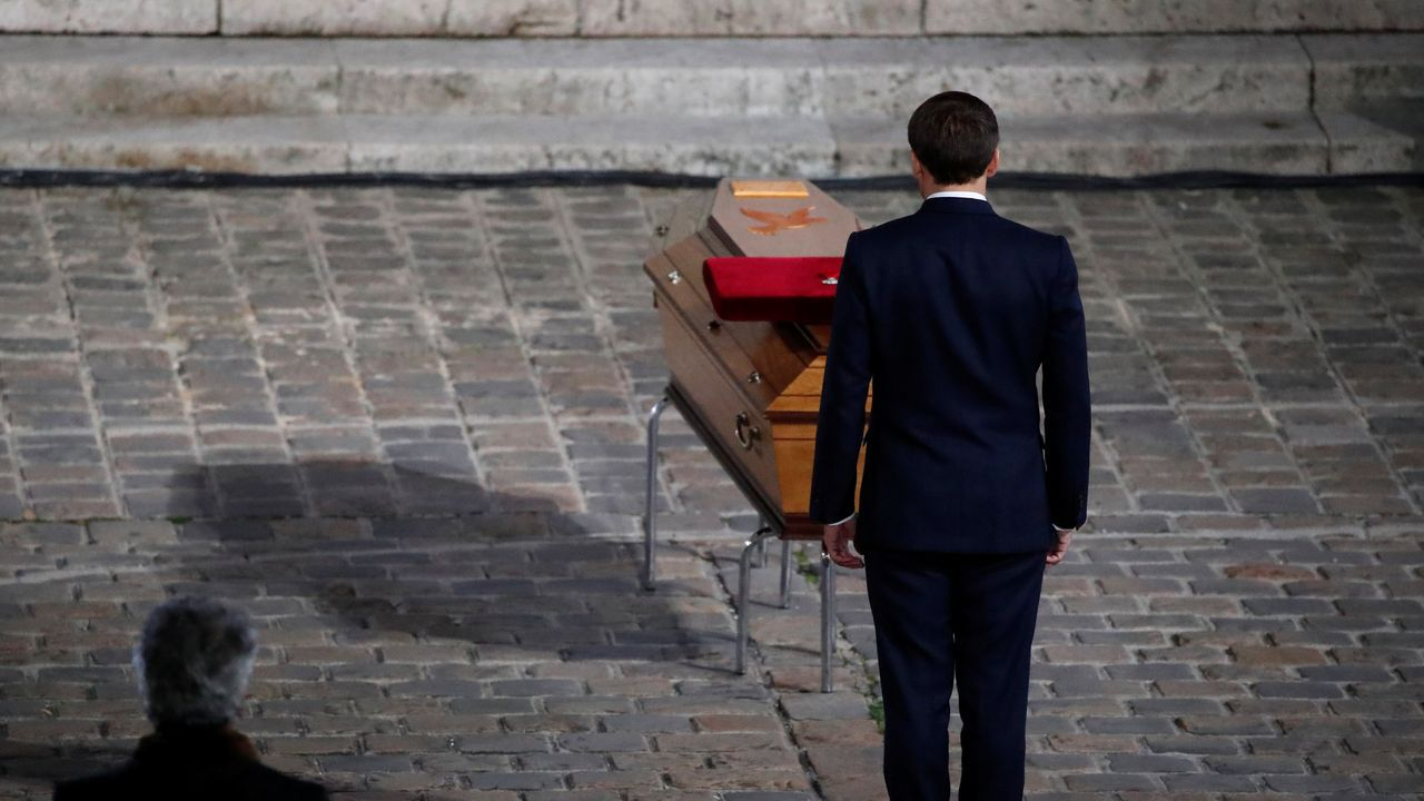 Macron ante el féretro del profesor asesinado el pasado viernes por un islamista