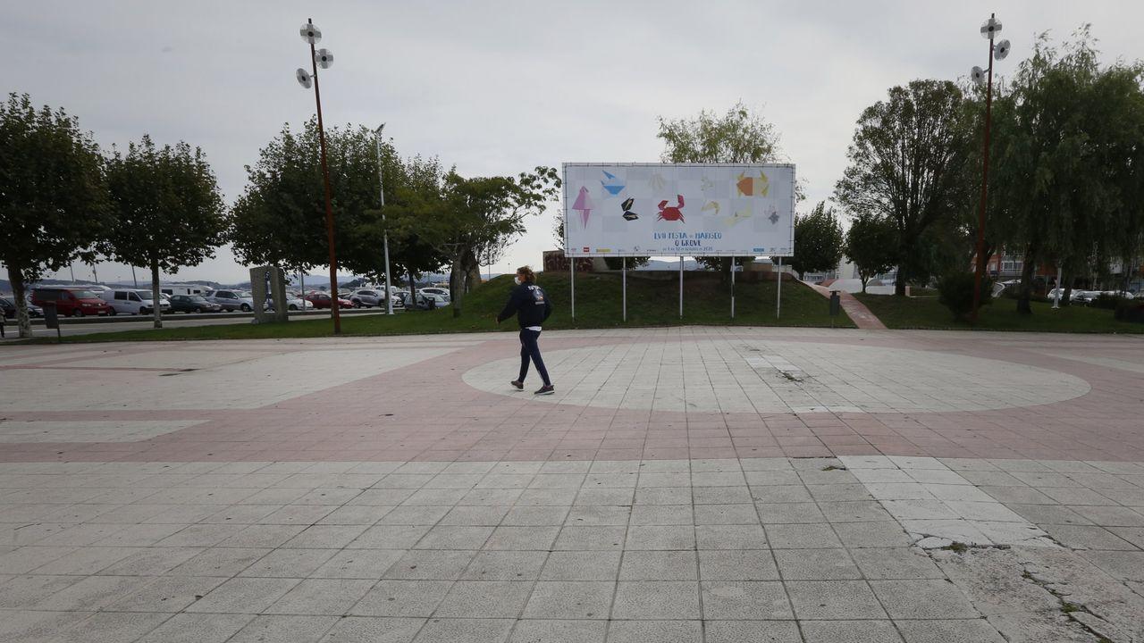 Ballenas azules en Galicia.Daniel Díaz, de la bodega D´Fran, en el momento en que se sacó del embalse el jaulón con las botellas