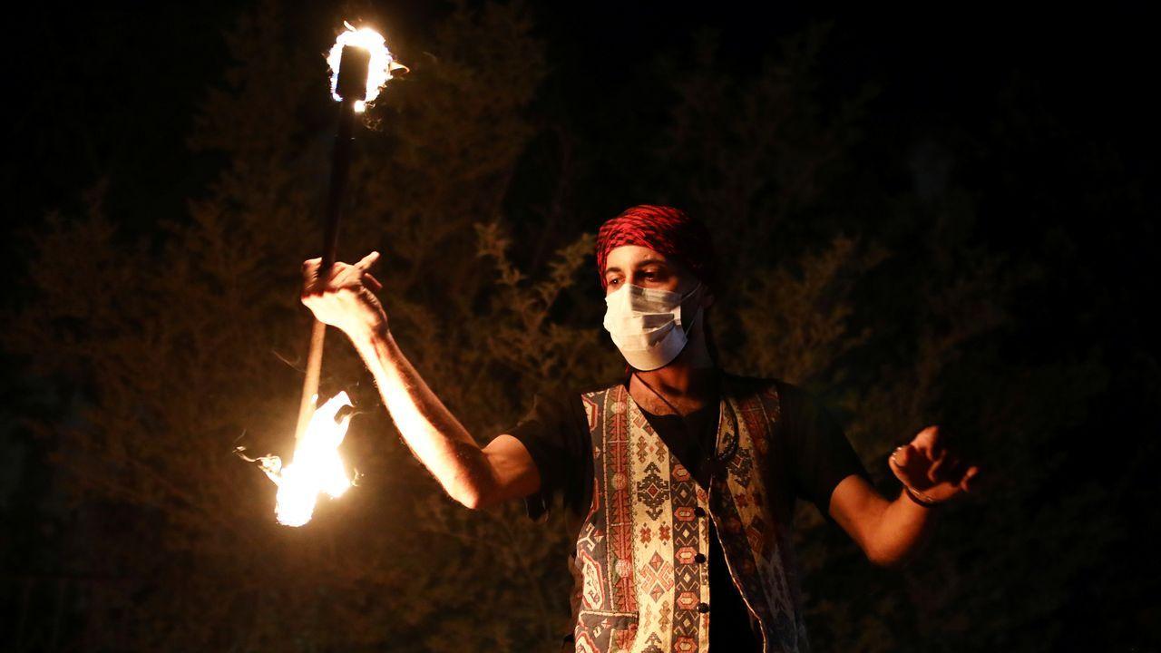 Un hombre juega con fuego en una carroza festiva del Ramadán en Israel