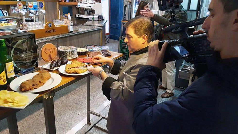 El cocinero César Román trocea uno de sus famosos cachopos.El cocinero César Román trocea uno de sus famosos cachopos