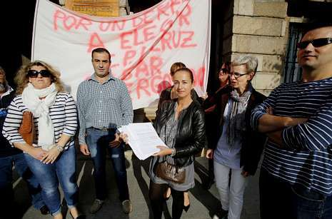 Los padres y madres del Cruz do Sar ante la subdelegación del Gobierno.