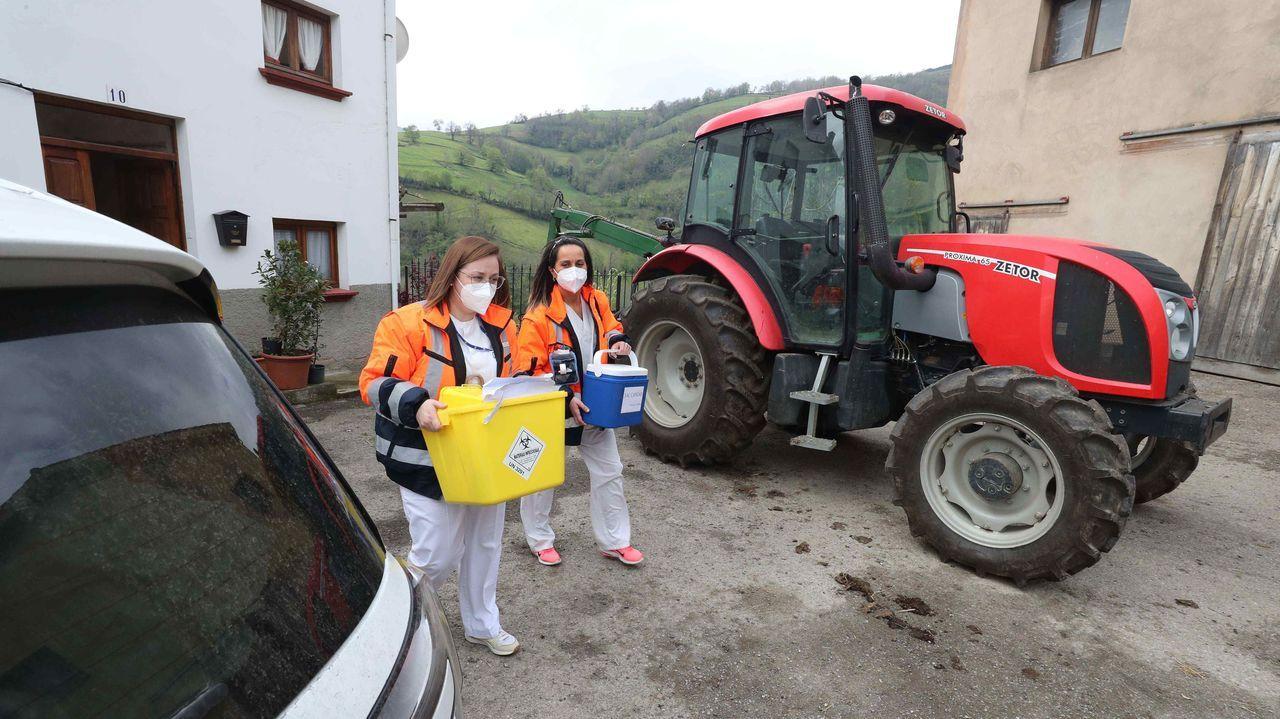 Acceso al punto limpio de Salas. Las enfermeras del hospital Carmen y Severo Ochoa de Cangas del Narcea (Asturias), Lorena Bobes (i) y Vanesa Llanos (d), que forman parte de uno de los dos equipos de vacunación individualizada en domicilio de grandes dependientes y sus cuidadores, se preparan para vacunar contra covid-19 en el comedor de un restaurante del pueblo de Las Mestas, en Cangas del Narcea