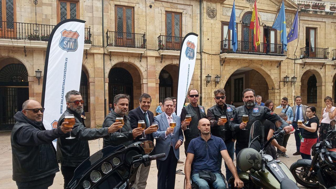 Patinetes eléctricos de uso compartido, aparcados en la playa de Poniente, Gijón.Alfredo Canteli recibe a los moteros de la campaña «En la carretera, cerveza sin»