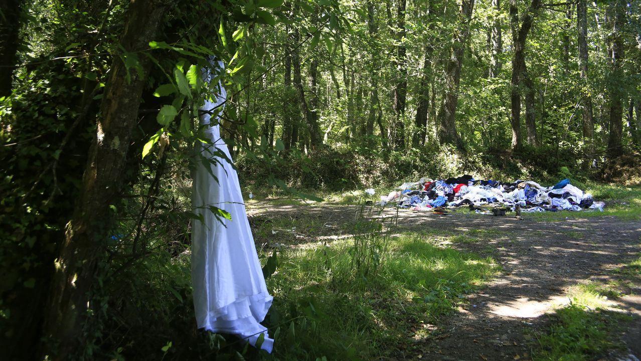 Un montón de ropa se amontona en el Camiño dos Caxigueiros, en San Salvador de Muxa