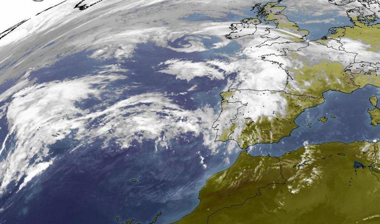 La tromba de agua en A Coruña, en imágenes.En medio del Atlántico se aprecia la borrasca que dará lugar a la ciclogénesis explosiva y la tormenta tropical