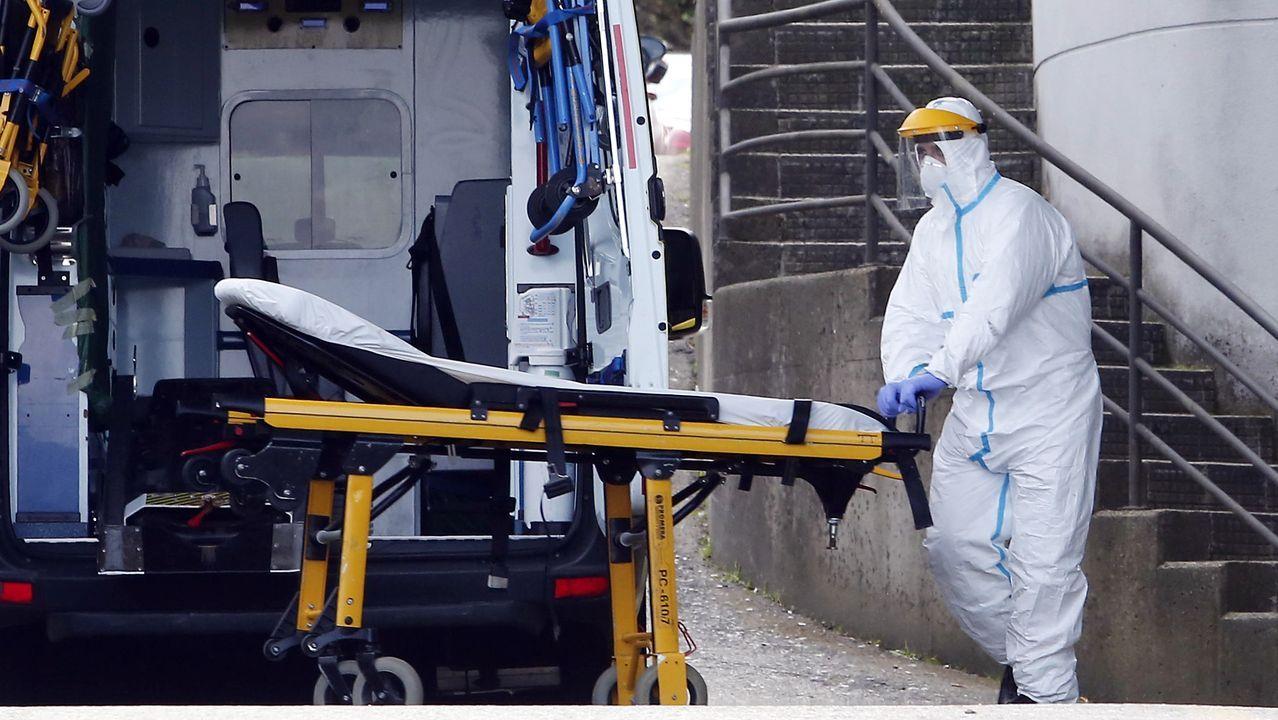 Un técnico en emergencias sanitarias (TES) durante un servicio en el Hospital Montecelo de Pontevedra