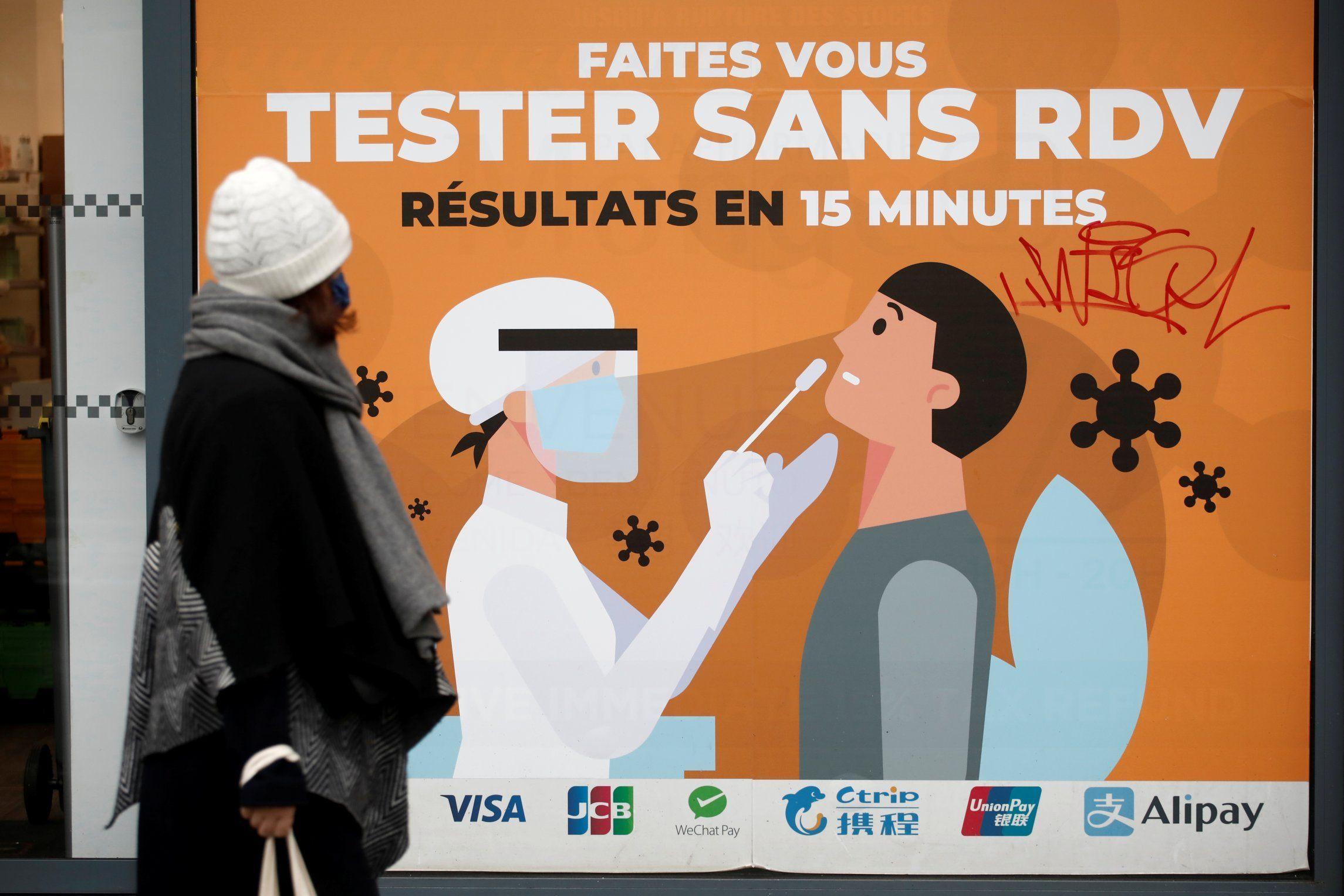 Dos sanitarias preparando la vacuna en un Portugal