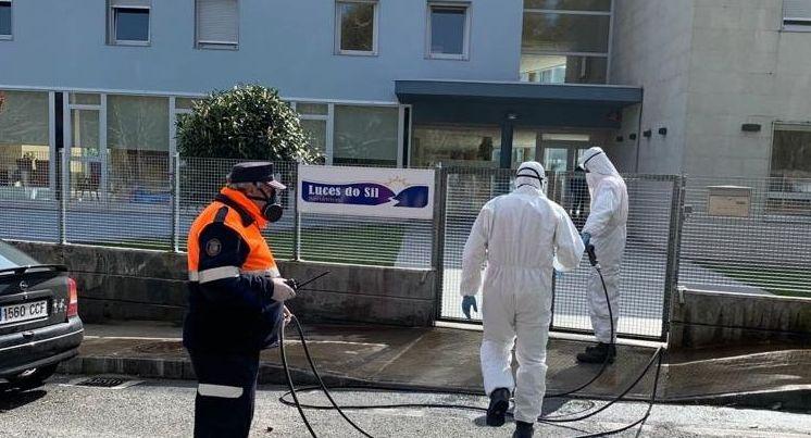 Voluntarios de Protección Civil de Parada de Sil, desinfectando el exterior de la residencia Luces do Sil