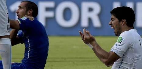 Luis Suárez y Chiellini, después del altercado del partido de la primera fase.