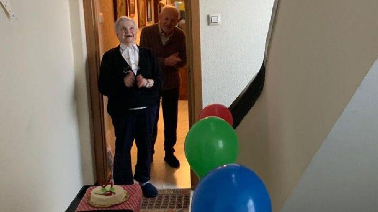 Cumpleaños vecinal para Sofía Gómez a sus 84 años.Ana está entre los 900 coruñesas con ayuda de voluntarios