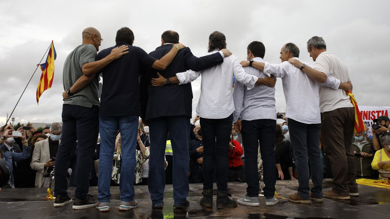 Los indultados del «procés» que estaban presos en la cárcel de Lledoners posan ante los simpatizantes congregados ante el centro penitenciario.