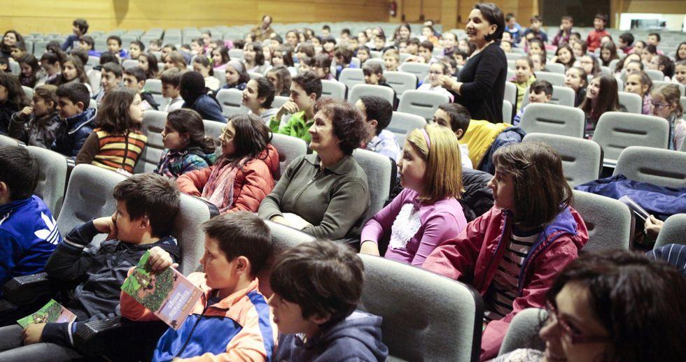 La compañía Os Quinquilláns presentó en el auditorio de Semana Verde su versión de la obra «Espantallo amigo» de Neira Vilas para escolares del municipio de Silleda.