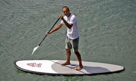 En aguas de la playa de Oza, Jorge Maciel imparte cursos para dominar distintas modalidades náuticas.