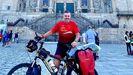 Pedraza llegó al Obradoiro el día 25, coincidiendo con el día grande de las Festas do Apóstolo. Desde allí salió el lunes rumbo a Finisterre, dentro de un reto solidario en solitario que narra en Instagram, en Bicicleando por el mundo.